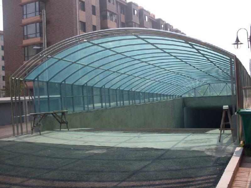 钢结构车库出入口雨棚:阳光板+钢结构,玻璃+钢结构等.